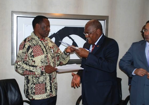 0004: Health Ministers from Angola and Namibia shaking hands after the signature of the «Luanda Statement»