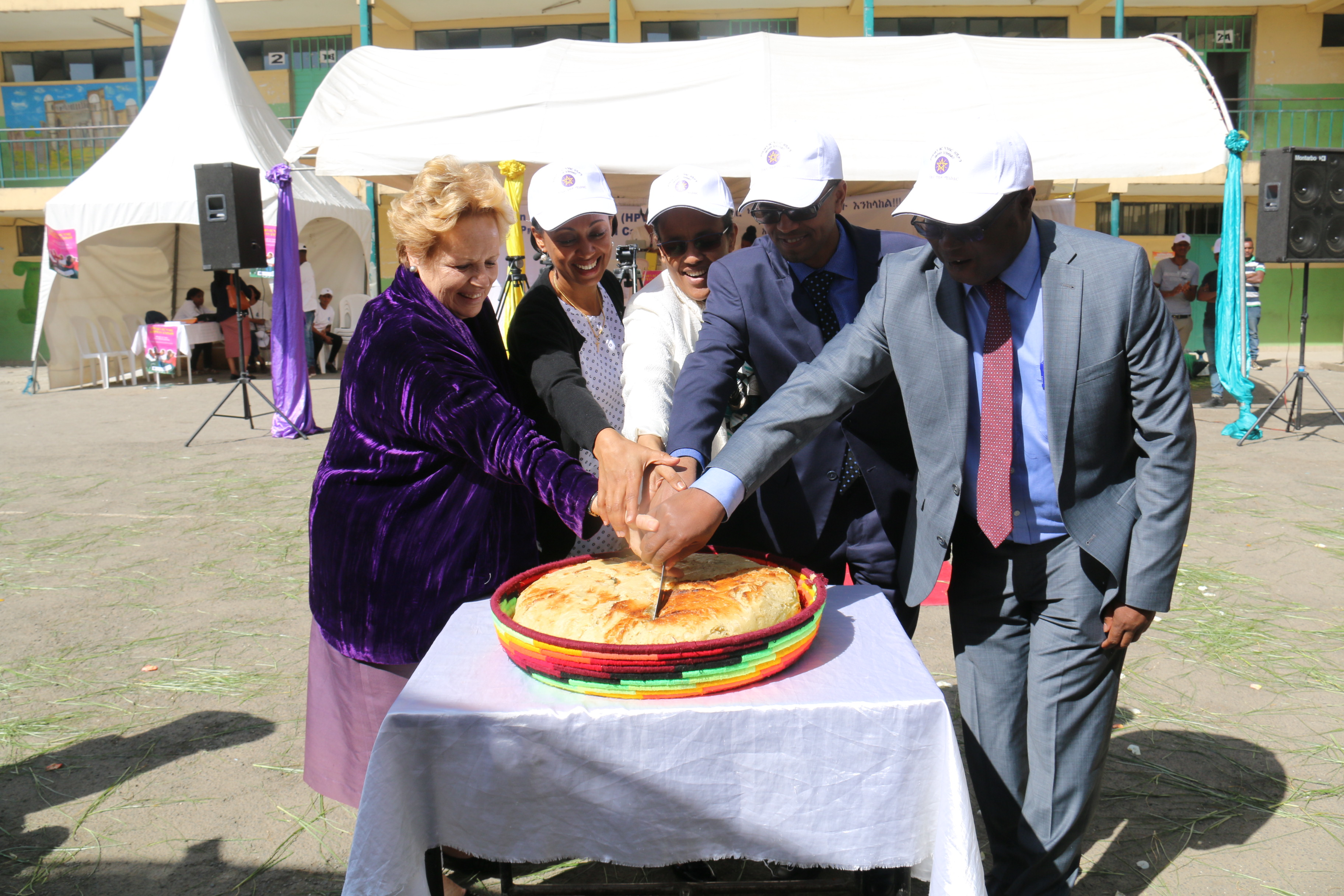 R to L: Paul Mainuka, WHO Representative a.i., H.E. Dr Amir Aman, Minister to MoH, Mrs Roman Tesfaye, Former First Lady, Dr Liya Tadesse, State Minister of MoH, Ms Gillian Mellsop, cutting the bread during the HPV launch