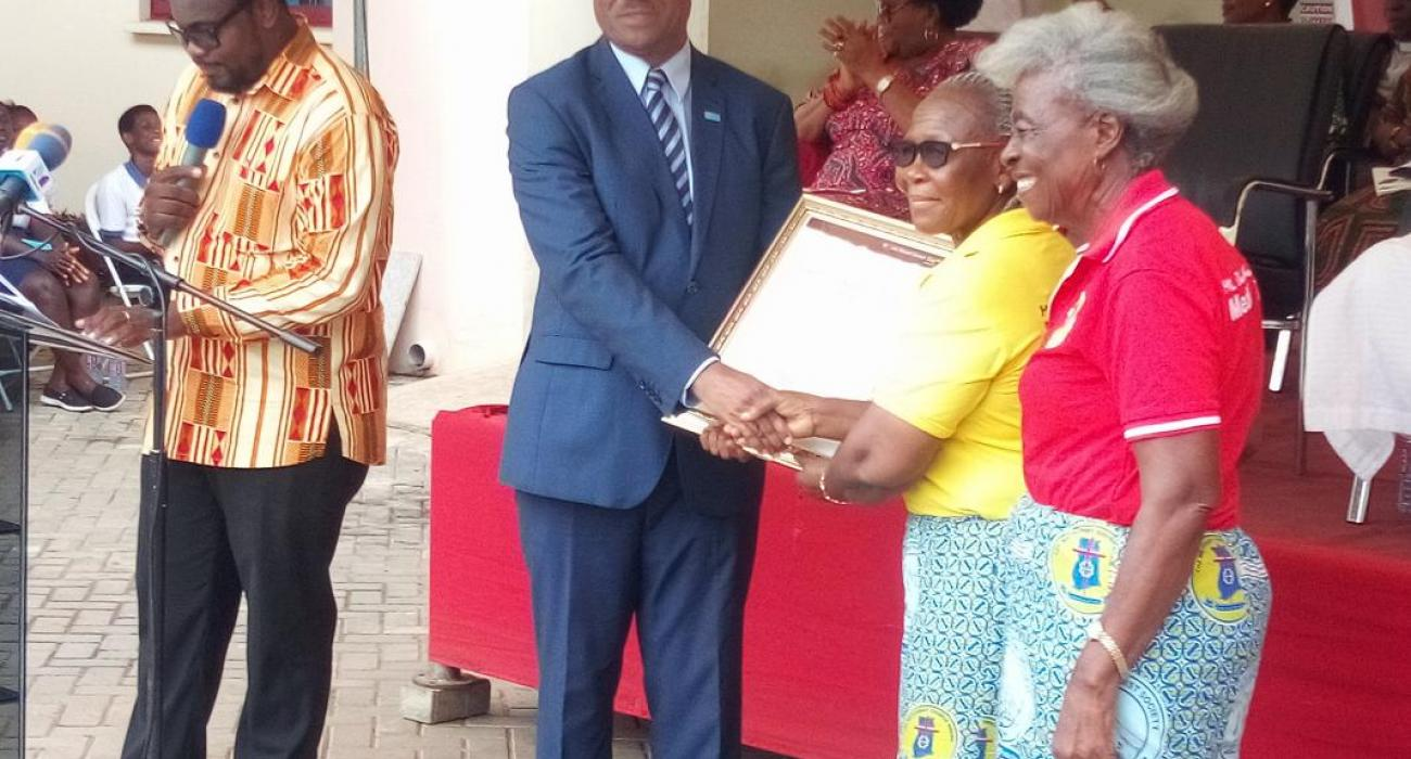 Dr Owen Kaluwa presenting a citation to a blood donor group