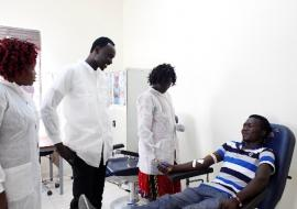 First-time donor Moses Alfons gives blood in Juba. WHO/ A. Câmpeanu