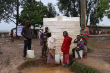 Residents of Gedeb IDP site collect water from the site's water tank